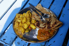 Comida india: curry del potatoe con el chapati y la salsa picante Fotografía de archivo libre de regalías