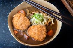 Curry japonés con rematar de los tallarines y de las croquetas del udon imagen de archivo