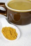 Curry-Kürbis-Suppe in der Tonware Stockfotografie