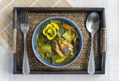 Curry meridional de Tailandia con los pescados asados a la parrilla del saba en los wi de bambú de la bandeja fotografía de archivo