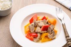 Curry mit Schweinefleisch und Pfeffer in einer Platte Stockfotografie