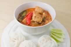 Curry rojo del vegano con fideos tailandeses del arroz Fotografía de archivo libre de regalías