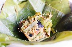 Curry strömmad champinjonkaka i bananaleaf Royaltyfria Bilder
