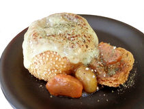 Curry Suppe innerhalb des Brotbrötchens mit geschmolzenem Käse Lizenzfreies Stockfoto
