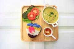 Curry tailandés del verde del pollo con arroz imágenes de archivo libres de regalías