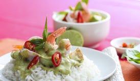 Curry tailandese di verde del gamberetto sopra riso Immagine Stock Libera da Diritti