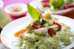 Curry tailandese di verde del gamberetto sopra riso Fotografie Stock Libere da Diritti