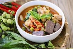 Curry tailandese di verde del pollo con vecchio fondo di legno Fotografie Stock