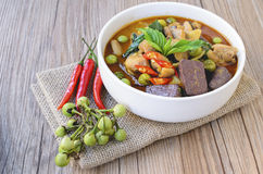 Curry tailandese di verde del pollo con vecchio fondo di legno Fotografie Stock Libere da Diritti