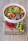 Curry tailandese di verde del pollo con vecchio fondo di legno Immagini Stock