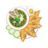 Curry verde tailandés con el huevo y Fried Wonton hervidos ilustración del vector