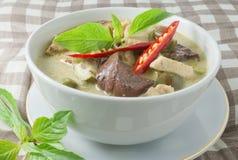 Curry verde tailandés con el pollo en leche de coco Imagen de archivo