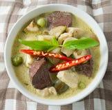 Curry verde tailandés con el pollo y la berenjena verde Imagen de archivo