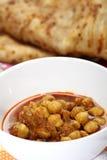 Curry y pan indios del garbanzo Foto de archivo libre de regalías