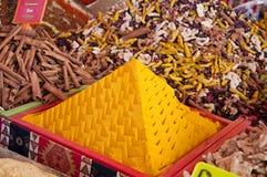 Curry, Zimt und andere Gewürze am Markt stockfotografie