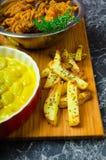 Currygnocchi med bhajjis och den grillade potatisen royaltyfri fotografi