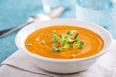 Currykarottensuppe mit Sahne und Kräuter Stockfotos