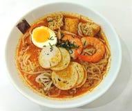 CurryLaksa traditionella kryddiga nudlar royaltyfri foto