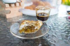 Currypuff och kaffe Arkivbild