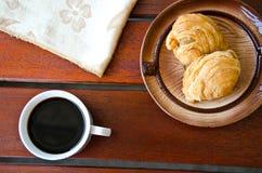Currypuff och svart kaffe Royaltyfria Foton