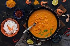 Currysås med räkor i en stekpanna Ris i en bunke, kryddor, limefrukt Thailändsk indisk mat ovanför sikt arkivbild