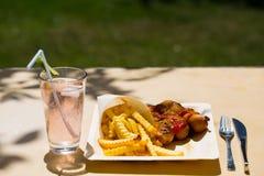 Currywurst και pommes στα ανακυκλώσιμα πιάτα Στοκ φωτογραφία με δικαίωμα ελεύθερης χρήσης