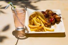 Currywurst και pommes στα ανακυκλώσιμα πιάτα Στοκ Φωτογραφίες