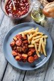 Currywurst alemán tradicional - pedazos de salchicha con sau del curry foto de archivo
