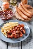 Currywurst alemán tradicional - pedazos de salchicha con sau del curry fotos de archivo