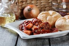 Currywurst alemão delicioso - partes de salsicha com molho de caril fotografia de stock