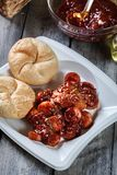Currywurst alemão delicioso - partes de salsicha com molho de caril imagem de stock