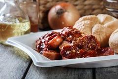 Currywurst alemão delicioso - partes de salsicha com molho de caril imagens de stock royalty free