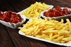 Currywurst com fritadas alimento alemão tradicional com salsichas e caril imagem de stock
