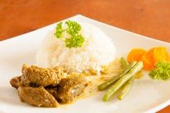 Curryziege diente mit weißem Reis, Stangenbohnen und schnitt Karotten stockbilder
