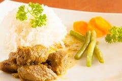 Curryziege diente mit weißem Reis, Stangenbohnen und schnitt Karotten stockfotos