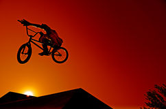 Curseur de Bmx au saut Photo stock