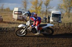Curseur de motocross conduisant une position de virage Photos stock