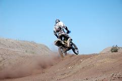 Curseur de motocross dans l'action Photographie stock