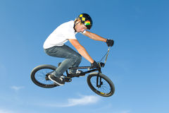 Curseur du style libre BMX obtenant l'air Photo libre de droits