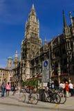 Curso Alemanha Baviera do verão de Marienplatz Rathaus do quadrado central de Munich Imagens de Stock Royalty Free