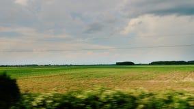 Curso ao longo do campo pitoresco de Hungria Vista da janela de carro vídeos de arquivo