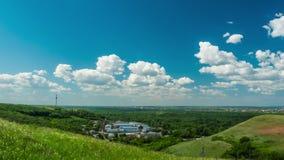 Curso bonito das montanhas dos montes da natureza do dia ensolarado da cidade do céu das nuvens o timelapse da construção do país video estoque