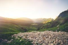 Curso bonito do verão da paisagem do nascer do sol das montanhas Imagens de Stock