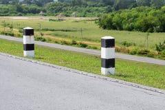 Curso cênico da estrada da paisagem na estrada vazia e no polo concreto dos tráfegos com céu e nuvens fotos de stock