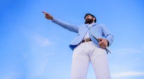 Curso cambiante Buscar oportunidades y nuevas ocasiones Encargado formal del traje del hombre que mira la dirección developing imagenes de archivo