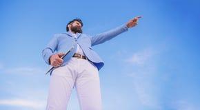 Curso cambiante Buscar oportunidades y nuevas ocasiones Encargado formal del traje del hombre que mira la direcci?n developing fotos de archivo