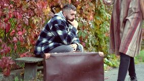 Curso consider?vel do indiv?duo Conceito da aventura e das f?rias Modo outonal Dia bonito do outono vídeos de arquivo