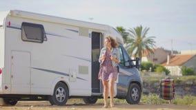 Curso da aventura no motorhome Mulher de viagem pela roulotte móvel rv campervan video estoque