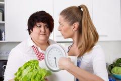 Curso da dieta: a mulher gorda afrouxando o peso com dietistas Fotografia de Stock