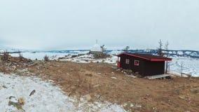 Curso da mulher no gelo do Lago Baikal Opinião do Pov Histórico místico do símbolo burkhan budista original próximo do monumento  filme